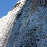 Max im Boulderproblem, gerade noch rechtzeitig bevor es in die Sonne kommt.